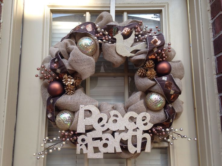 Best 25 burlap christmas ideas on pinterest burlap for Burlap wreath with lights