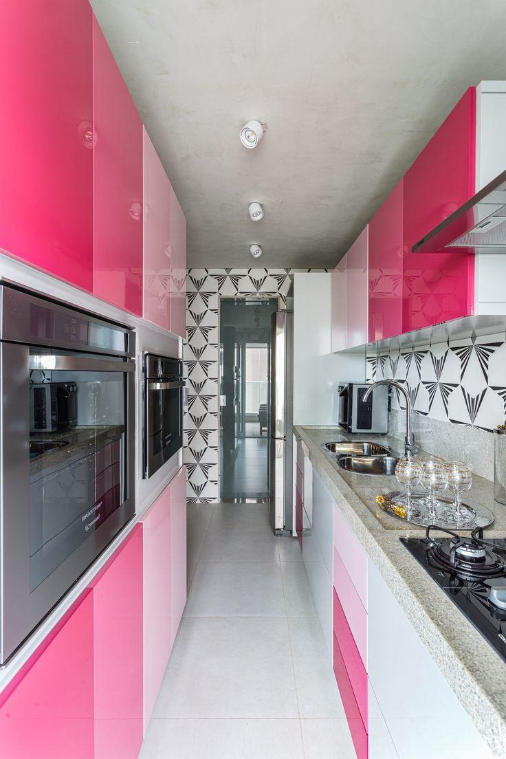 o revestimento cerâmico geométrico, criado pela Casa Vogue para a Portobello, aplicado em todas as paredes, emoldurando a marcenaria pink.