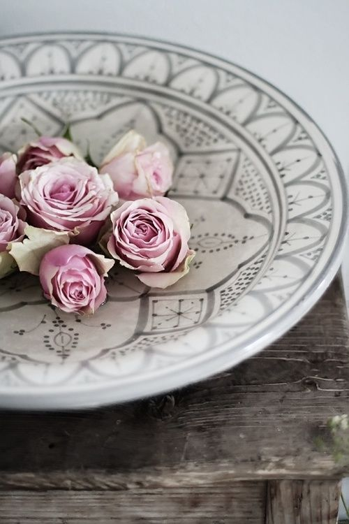 Easy, Simple  Coffee Table Idea..Decorative Large Plate & Bundled Roses!