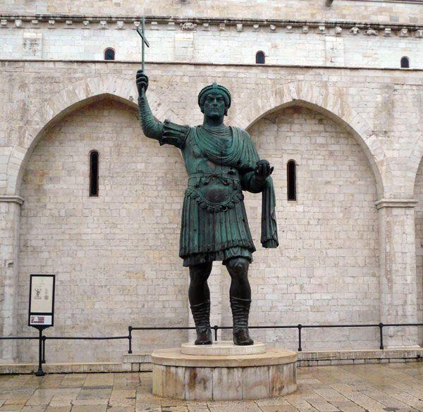 Eraclio, il gigante di Barletta una delle piú grandi statue di bronzo al mondo(5 p.)
