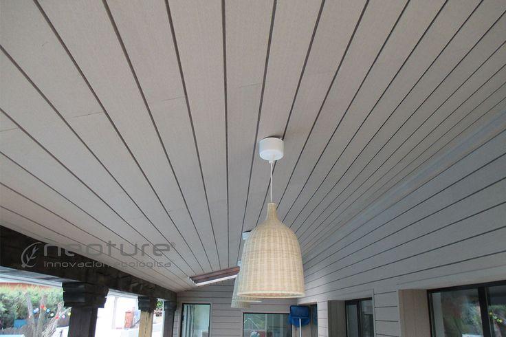 Madera sintética para revestimiento de fachadas y techos de porches.  Se ha utilizado mod. NeoLack Color Sand: www.neoture.es/productos/revestimientos/neolack/