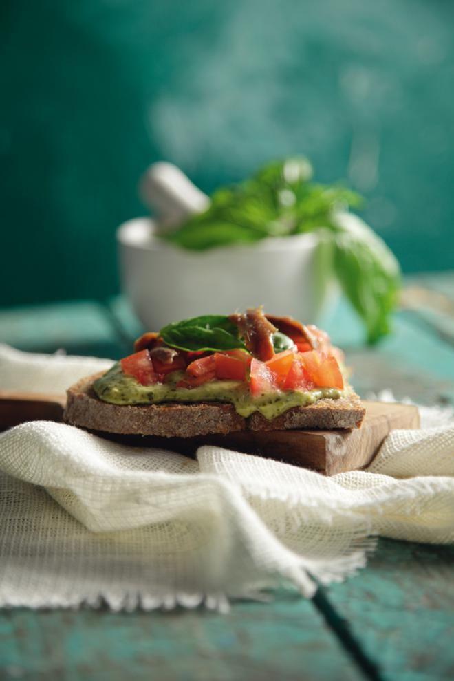 Ανοιχτό σάντουιτς με φιλετάκια αντζούγιας