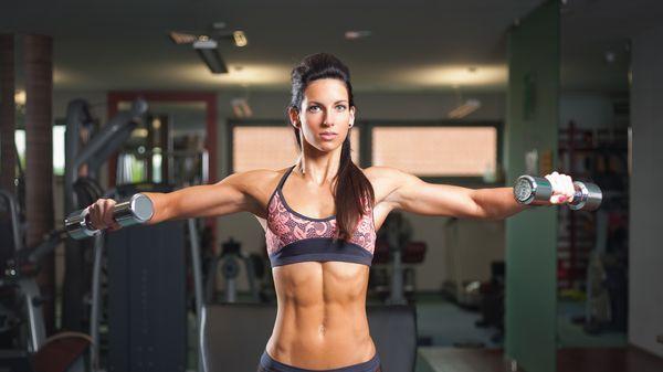 Břicho jako z oceli, ploché, pevné a s lehounce vyrýsovanými svaly. To je na ženách tak sexy! Jestli se chcete příští léto blýsknout v plavkách s takovým skvostem, začněte už teď! Od osobního trenéra pro vás máme tip na velmi efektivní cvičební sestavu.
