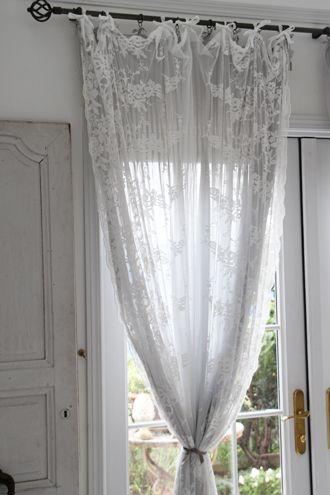 デンマークLene Bjerreから届いた素敵なレースカーテンのご紹介です。エッジの贅沢な刺繍がとてもエレガント。薄手で透け感もありますので、他のカーテンと重ねてお使いいただいてもいいですね。カーテン上部にベルベットのリボンがついていますので、カーテンポールに結び付けてお使いください。
