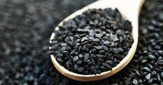 Czarnuszka to niepozorna roślina o drobnych czarnych owocach. Swoimi korzystnymi właściwościami zdrowotnymi zaskoczy niejednego z was. Bogactwo związków chemicznych znajdujących się w nasionach czarnuszki może pomóc między innymi w walce z wrzodami żołądka, z chorobami skórnymi, a nawet zapobiegać powstawaniu zmian nowotworowych. Jakie inne właściwości kryją w sobie nasiona czarnuszki?