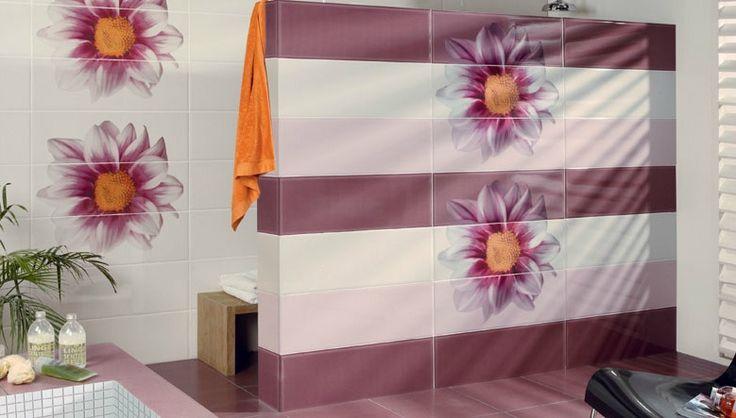 salle de bains avec un carrelage mural et de sol en blanc et pourpre avec déco florale