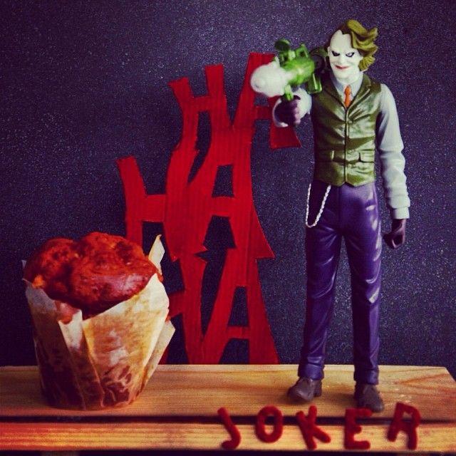 Joker: Ανθρωπο που χαμογελάει να μην το φοβάσαι λέει η λαική ρήση. Δεν εννοούσε ο ποιητής ωστόσο τον χαρακτήρα που τιμούμε. O χαρακτηριστικότερος εγκληματίας του Γκόθαμ Σίτι. Tρελός, αιμοσταγής, ασταμάτητος. Ο Τζόκερ ήταν, είναι και θα είναι ένας απο πλέον διάσημους κακούς. Tον μεταμορφώσαμε σε αλμυρό μάφιν με πέστο λιαστής ντομάτας, φέτα και σερβίρεται με σως γιαουρτιού.