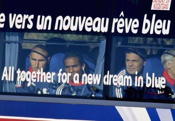 La grève de Knysna (2010) Pendant la Coupe du monde 2010 en Afrique du Sud, l'équipe de France de Raymond Domenech se trouve au fond du trou, éliminée après son nul contre l'Uruguay et sa défaite face au Mexique. Et pour ne rien arranger, les joueurs organisent une grève de soutien suite à l'exclusion du groupe de Nicolas Anelka en raison des insultes envers le sélectionneur. Lors d'une séance d'entraînement, les Bleus refusent de descendre du bus.