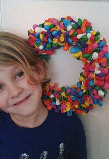 Anna e la sua ghirlanda di palloncini