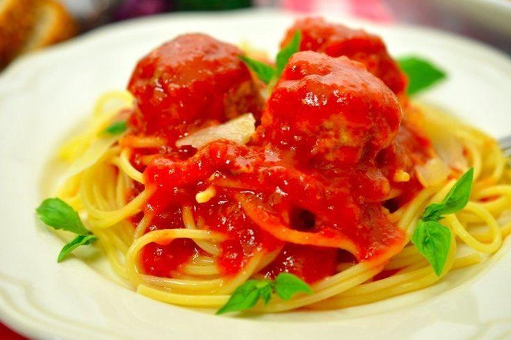 Куриные фрикадельки в ароматном томатном соусе  Ингредиенты:  Грудки куриные (филе) — 1 кг Яйцо куриное — 1 шт. Панировочные сухари — 4 ст. л. Сливки жирные — 5 ст. л. Соль — по вкусу Перец — по вкусу Мускатный орех — по вкусу Растительное масло — для жарки Консервированные помидоры (пюре) — 1 л Апельсиновый сок — 200 мл Томатная паста — 2 ст. л. Соевый соус — 4 ст. л. Сок лайма — 1 шт. Корень имбиря — 2–3 см Коричневый сахар — 4 ст. л. Розмарин — 1 веточка Тимьян — 3 веточки Базилик — 2…