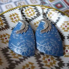 Boucles d'oreilles en pâte fimo bleu motif blanc en forme triangulaire de type voile