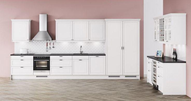Tässä valkoisessa Fasett-keittiössä modernit yksityiskohdat korostavat tyylikkäästi klassisia ovia ja vitriinikaappeja. Integroitu jääkaappi ja pakastin sekä oma osio viini- ja vitriinikaapeille luovat avoimia pintoja ja runsaasti tilaa viettää aikaa.