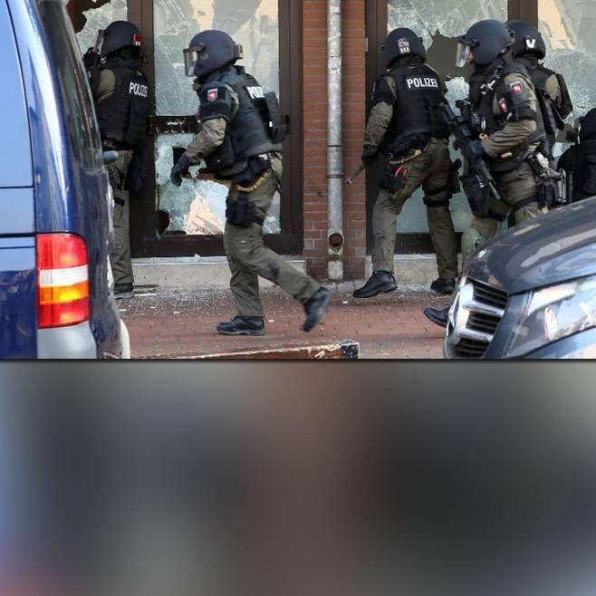Mit 350 Einsatzkräften hat die Polizei die Räume einer Moschee in Hildesheim gestürmt. Sie gilt als Hot-Spot der Salafistenszene.