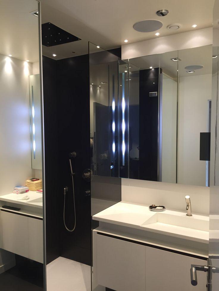 Salle de bain création Pierre Valcke Robinetterie Stella TV dans miroir sono Bang et Olufsen vasque finition Corian