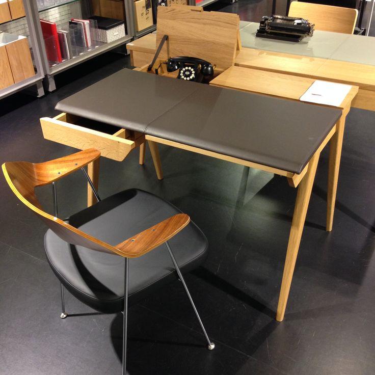 Dags att lämna skrivbordet för den här veckan och ta helg? Beckett litet skrivbord med fack och låda, praktiskt när man vill stuva undan småsaker & papper. 103x74x76cm, 8.100kr. #habitatsverige #skrivbord