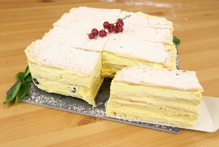 Ingredienti – 6 pacchetti di crackers – 300 g di crema pasticcera – 300 g di panna montata – 200 g di amarene Preparazione Disponete in una teglia a cerniera i crackers come base della vostra torta. Formate gli strati prima con la crema diplomatica, poi aggiungete le amarene e continuate così fino ad arrivare in cima. Ponete la vostra torta in frigo almeno per un'ora, poi spolverate con lo zucchero a velo. La torta è pronta e soprattutto sarà facilissimo tagliarla e fare le porzioni seguendo…