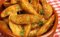 Sevdiğiniz baharatları ekleyip, çok az zeytinyağı ile harmanladığınız patates dilimleri fırında kızarıyor size de bu tarifin keyfini çıkarmak kalıyor.