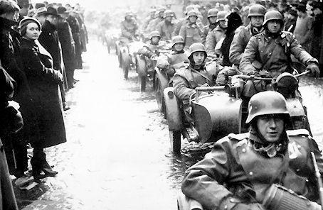 Duitse troepen rijden de Tsjechslowaakse hoofdstad Praag in in 1938. Dubcek was iets vroeger dat jaar samen met zijn ouders teruggekomen naar hun thuisland, aangezien ze hun zelf opgelegde taak in Kirgizië hadden afgemaakt. Bijna niemand in Tsjechoslowakije was het met de Duitsers eens, uitgenomen de Duitse minderheid in Sudetenland (waar ze een meerderheid vormden). Uit protest tegen de bezetters ging Dubcek in de Slowaakse Communistische Verzetsbeweging in.