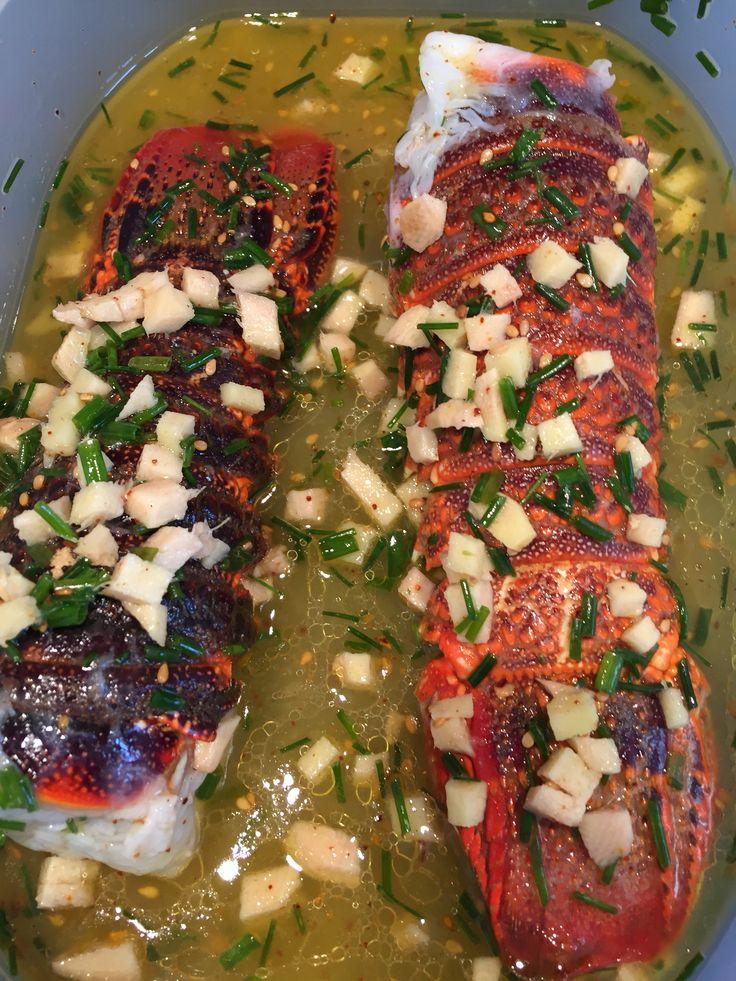 Queues de homard marinées Huile d'olive et de sésame Ciboulette Gingembre frais Citron pressé Sel, poivre Piment d'Espelette