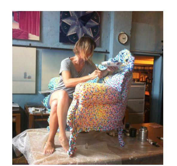 Claudia Mendini mentre dipinge una Poltrona di Proust nell'Atelier Mendini. Milano 2011