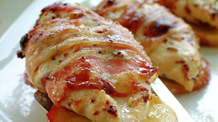 Kyllingfilet med eple og bacon er en enkel, men likevel morsom vri laget med vanlige kyllingfileter.