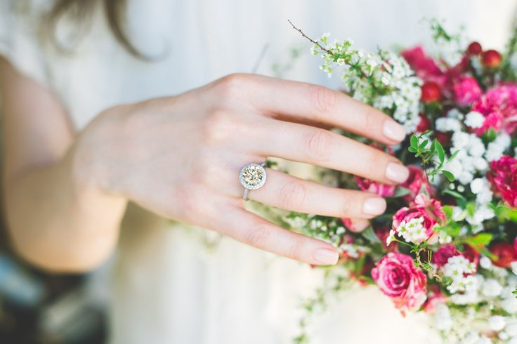 Bague or blanc, diamant champagne, entourage diamants blancs - Maison Waskoll