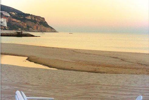 Na praia e à mesa do Restaurante Portofino. Refeição para 2 pessoas: queijo de cabra gratinado com mel e orégãos em cama de rúcula com maçã caramelizada + açorda de mariscos com camarão + sopa de morangos com gelado de baunilha por 19,95€. - Descontos Lifecooler