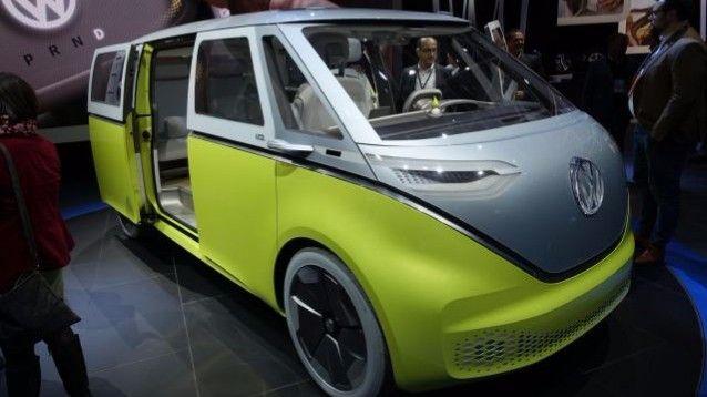 Volkswagen I.D. Buzz, il minibus probabilmente più noto e icona degli anni '60 - '70 diventa elettrico e messo in mostra al Salone di Detroit. La rievocazione in stile moderno del famoso Buzz è dotata di otto posti e un'autonomia di circa 600 km