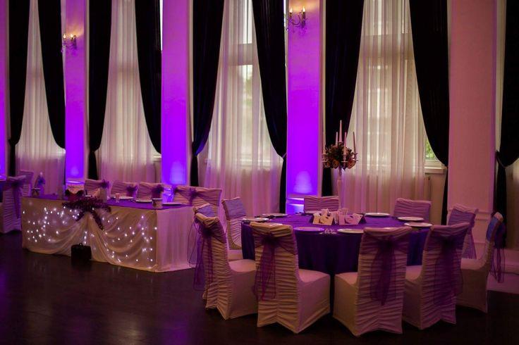 Decor pentru nunta in salon Aerostar cu lumini ambientale profesionale și sfeșnice cu flori artificiale.