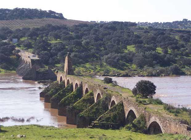 """El puente de Ajuda, del siglo XVI, símbolo actual de unión y antaño de desunión entre España y Portugal, naciones que """"unía"""" sobre el Río Guadiana. Olivenza es el último territorio ganado por España."""