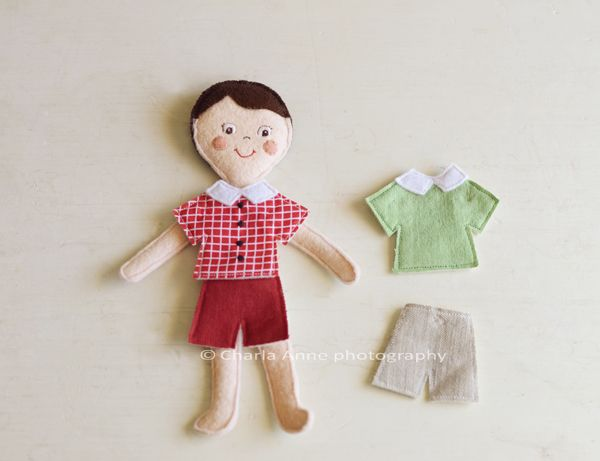 """""""paper dolls"""" made out of felt and a """"house"""" to keep them and the clothes in. Great idea"""
