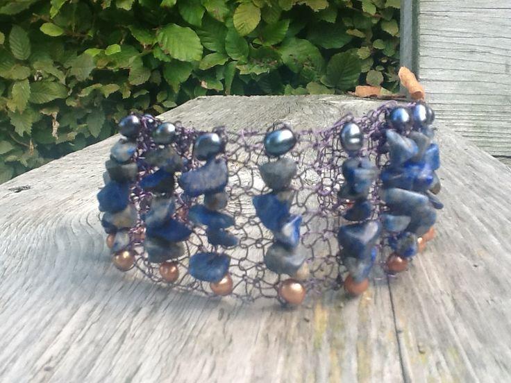 Gebreide armband van lapis lazuli stukjes en zoetwaterparels op blauw wiredraad. Sierelantijn.