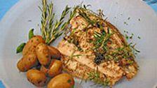 Lägg fisken på en plåt. Skär bort stjälkarna på basilikabladen, gör små buketter av rosmarin. Linda basilika runt buketterna och stoppa i lite timjan. Gör några stycken för varje fisk. Gör små jack/snitt i fisken och stick in kryddpaketen. Lägg ett par klickar smör på fisken, salta och peppra. …
