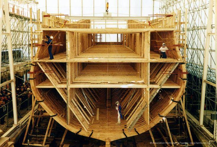 Voiles et Voiliers -Le 27 Octobre 1999, l'étrave et les 62 couples de la réplique de la frégate Hermione ont été assemblés. Fin 2002, le barrotage fut achevé et les bordés commencèrent à être posés