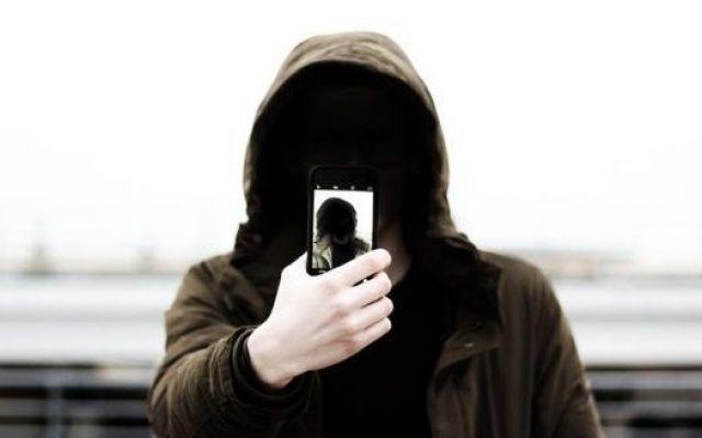 Cyberbullismo, apre a Milano il centro nazionale per vittime e bulli Aprirà a Milano ad ottobre il centro nazionale contro il fenomeno del cyberbullismo. Il centro è aperto a bulli e vittime, ma anche agli adulti responsabili degli adolescenti coinvolti nel fenomeno.  #cyberbullismo #adolescenti #italia