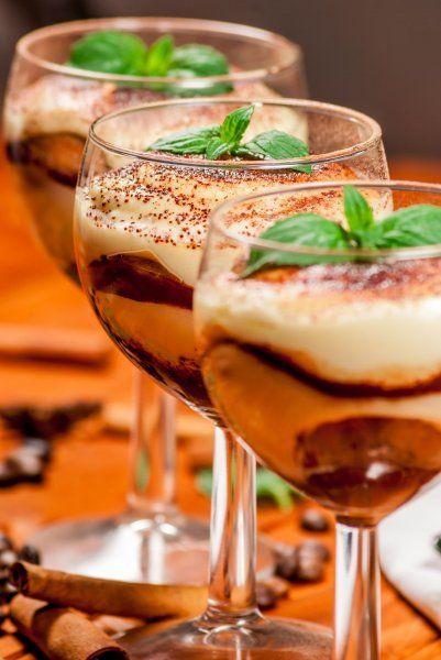 Wer ein besonderes Dessert Rezept sucht, sollte mal ein raffiniertes Tiramisu im Glas ausprobieren. Diese Süßspeise hat es in sich!