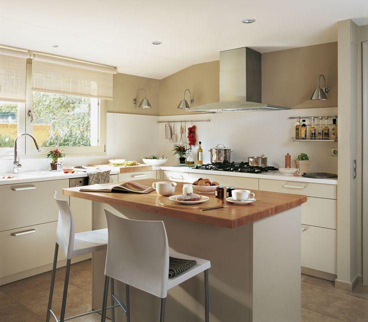 Una barra en blanco y madera. Cocina con mobiliario lacado en blanco, de Deulonder Arquitectura Doméstica. Office en la isla con encimera de haya.