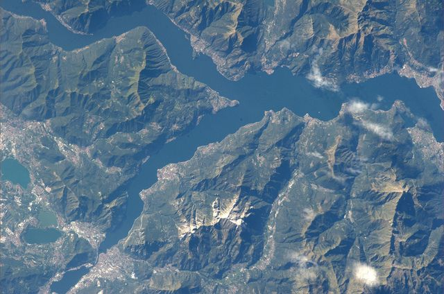 Il #lago di #Como (#Lombardia) ed i suoi incantevoli paesi, non è magnifico? Da qui è possibile apprezzare la sua caratteristica forma ad Y rovesciata.  /   #Lake Como (Lombardy) and its enchanting villages, isn't it stunning? Enjoy its characteristic upside-down Y-form.   #IlikeItaly