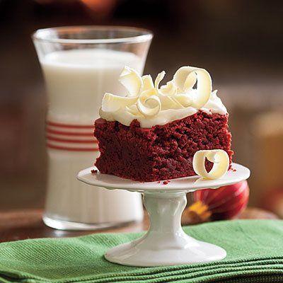 Ingredientes: 130 grs.de chocolate semi amargo en trocitos 3/4 taza de mantequilla 2 tazas de azúcar 4 huevos grandes 1 ½ tazas de harina 1 onza de colorante rojo para alimentos líquidos 2 cucharaditas de polvo para hornear (Royal) 1 cucharadita de extracto de vainilla 1/8 cucharadita de sal Frosting; Crema de leche batida con azúcar Rizos de chocolate blanco Preparación: Precaliente el horno a 350 °. Enmantecar un molde redondo de metal de 9 pulgadas y tapizar el fondo con papel encerado…