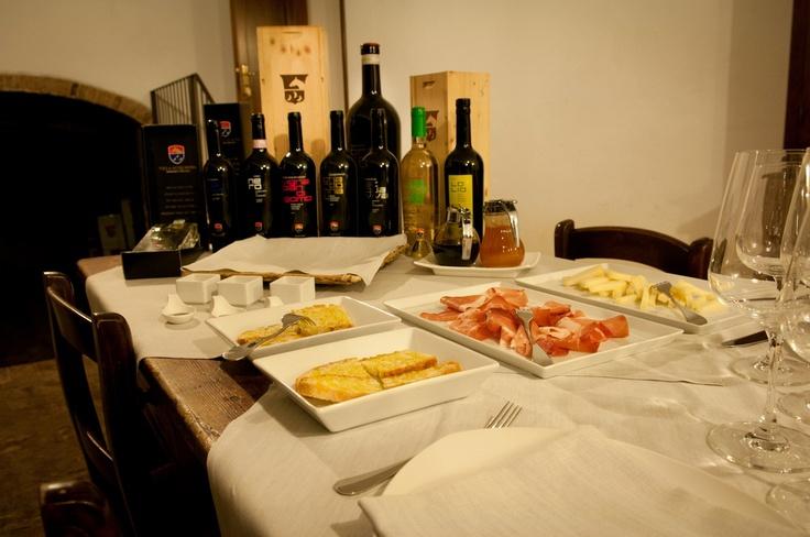 a moment of a wine tasting with ham and cheese    un momento di una degustazione vini con prosciutto e formaggio