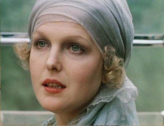 Елену Соловей называли самой женственной актрисой советского кино («Раба любви», «Вам и не снилось», «Ищите женщину»). В 1991 г. она с семьей уехала в США, где преподавала актерское мастерство, работала на радио и в канадском театре.