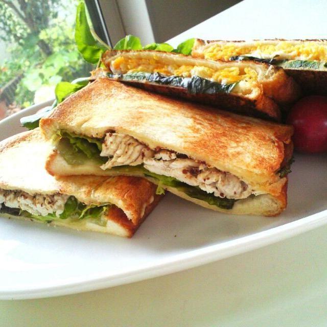 パン屋さんのシールで食パン一斤もらった。6枚切りでサンドイッチ作ったらすげーボリュームです。ひと切れだけにしておく。 - 121件のもぐもぐ - ホットサンド by MakiHiro
