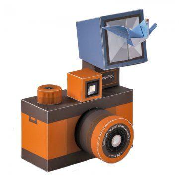 un paper toy en forme d'appareil photo rétro en papier à construire avec un oiseau en origami qui sort du flash.