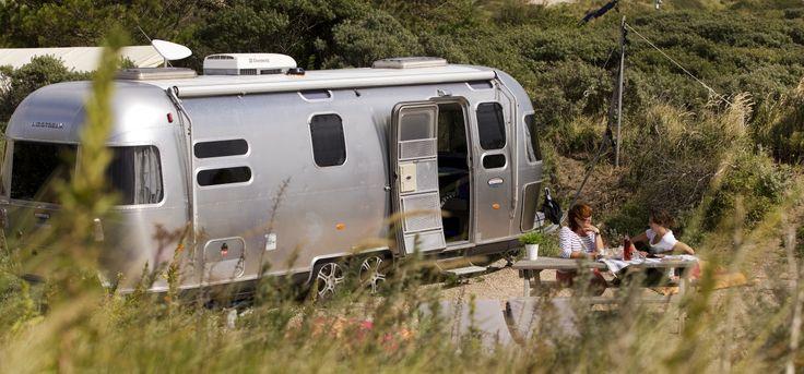 Je kent ze vast uit Amerikaanse films. Van die grote glanzende caravans. In Nederland zie je deze stalen monsters niet op de weg. Maar dat betekent niet dat ze er niet zijn. Op een aantal plekken in Nederland kun je bijzonder overnachten in zo'n Amerikaanse Retro Trailer. #origineelovernachten #officieelorigineel #reizen #origineel #overnachten #slapen #vakantie #opreis #travel #uniek #bijzonder #slapen #hotel #bedandbreakfast #hostel #camping #kids