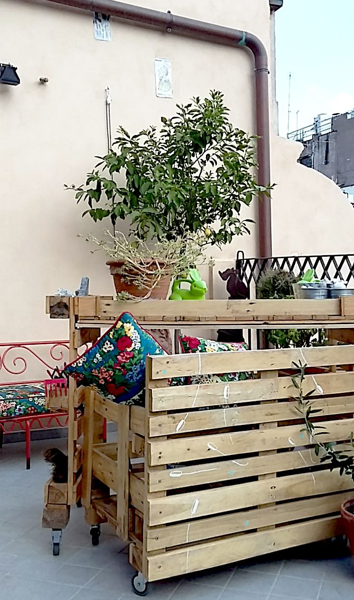 Ridù a Roma : relax è anche darsi al giardinaggio! Grazie al nostro tavolo laboratorio in pallet e decori esclusivi è ancora più semplice. Mantieni l'ordine con il cassettone portatutto!