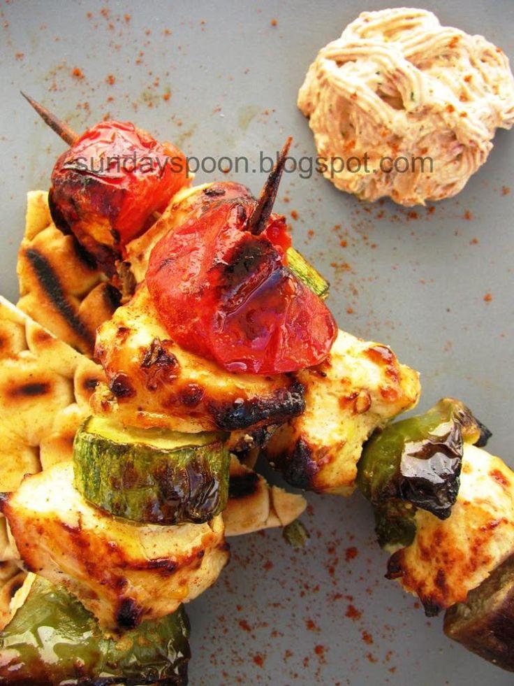 Κοτόπουλο σουβλάκι με λαχανικά και ντιπ λιαστής ντομάτας • sundayspoon