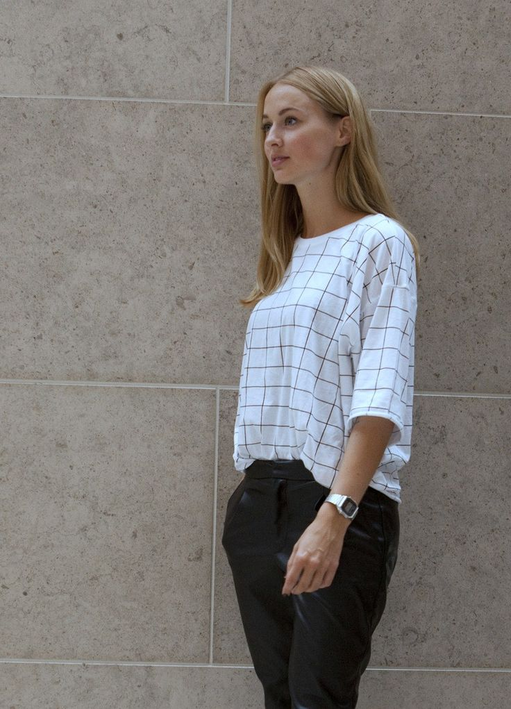 Rachèl is showing us how to wear a grid tshirt and is wearing it well.