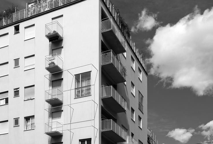 foto: 2012;  architetti: M. Asnago e C. Vender;  edificio residenziale Via Faruffini 6;  anno 1954