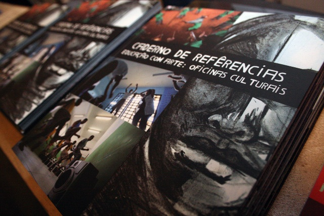 Caderno de Referências, desenvolvido em parceria com Rodrigo Bueno.  Concepção editorial e projeto gráfico do anuário do Projeto Educação com Arte: Oficinas Culturais, realizado pela Fundação Casa e o CENPEC.