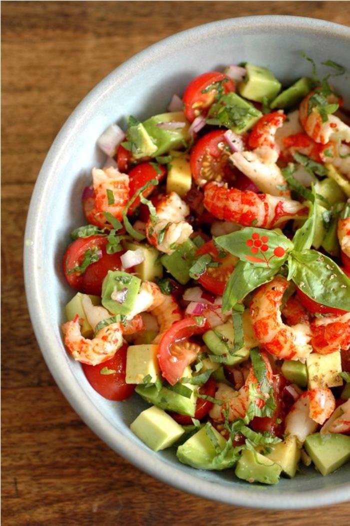 repas diététique, tomates, crevettes et avocat